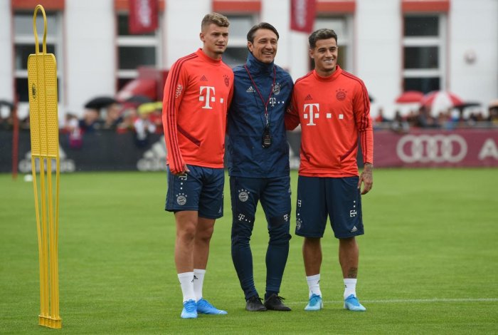 Bayern Munich's Croatian head coach Niko Kovac (C) poses with his new recruits Bayern Munich's French midfielder Mickael Cuisance (L) and Bayern Munich's Brazilian midfielder Philippe Coutinho. (AFP Photo)