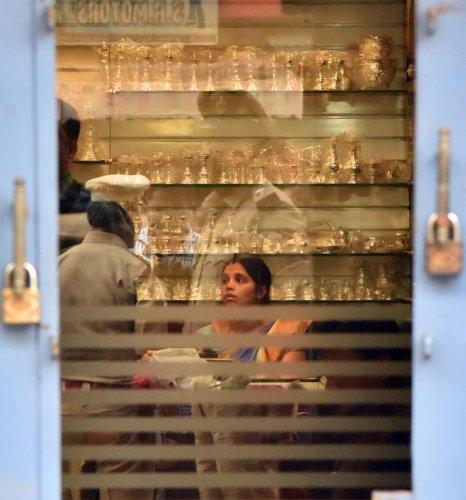 Police conduct an investigation at Samrat Jewels store located at Palace Guttahalli. DH Photo/ Janardhan B K