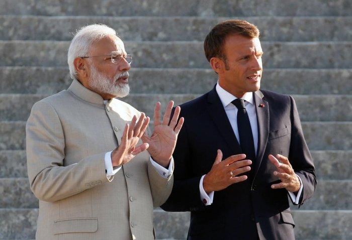 French President Emmanuel Macron (R) and Indian Prime Minister Narendra Modi. (AFP Photo)
