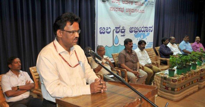 Department of Environment adviser James Mathew speaks at a workshop on Jalashakthi Abhiyan in Chikkamagaluru on Friday.
