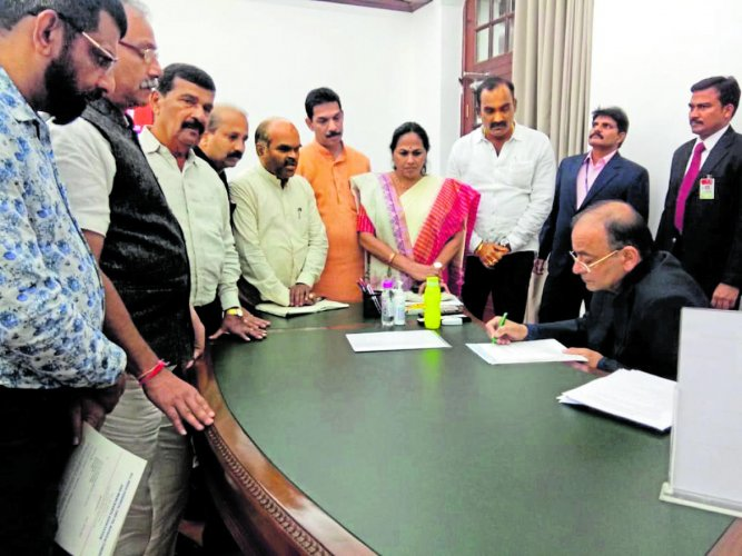 A delegation of fishermen met Union Finance Minister Arun Jaitley in New Delhi on Tuesday.