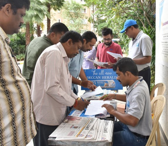 Residents of SNN Raj Serenity in Begur register for Janaspandana, a civic grievance redressal meet organised by DH and Prajavani, on Saturday. DH PHOTO/Janardhan B K