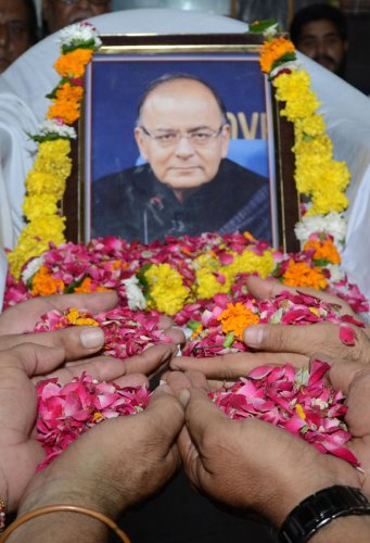 Bharatiya Janata Party (BJP) workers pay tribute to India's former finance minister Arun Jaitley. (AFP Photo)