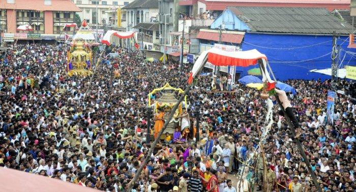 Hundreds of devotees participated in the 'Rathotsava' organised to mark 'Vittlapindi Utsav' in Sri Krishna Temple (mutt) in Udupi on Saturday.