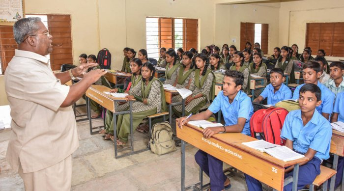 More than 45,000 teachers serving under Sarva Shiksha Abhiyan (SSA) and Rashtriya Madhyamik Shiksha Abhiyan (RMSA) at state government schools who get salaries once in three months will now on get salaries along with state teachers. (DH File Photo)