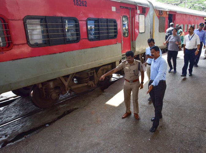Rlys earn Rs 1,377 cr in fines from ticketless travellers in 3 years. (DH Photo)