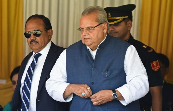 India's National Security Advisor Ajit Doval (L) and Jammu and Kashmir state governor Satya Pal Malik (R) attend a ceremony to celebrate India's 73rd Independence Day, which marks the end of British colonial rule, in Srinagar on August 15, 2019. (Photo by