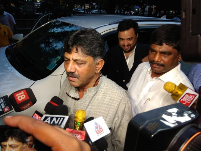 D K ShivaKumar arrives at ED office on Friday evening. (DH Photo)