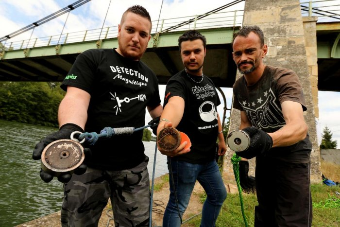 """Fishermen show the """"super-powerful"""" neodyme magnets they use to remove scrap metal from the Oise river in Lacroix-Saint-Ouen, northern France. (AFP Photo)"""