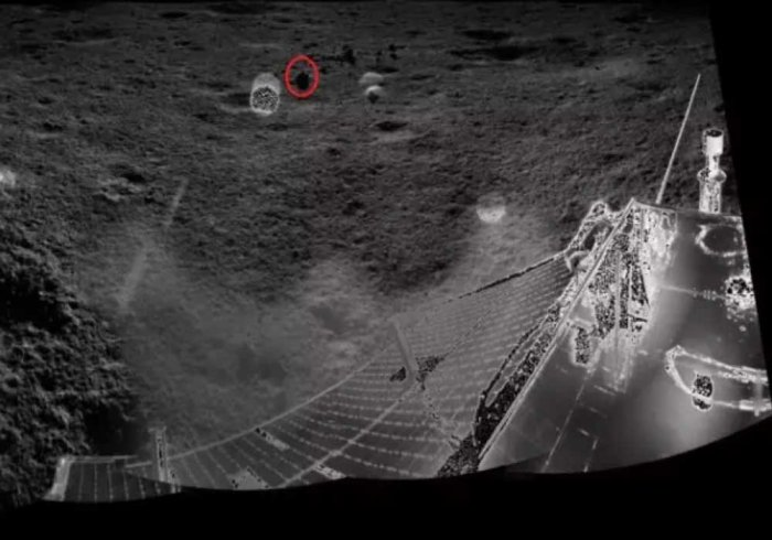 An image taken by the main camera aboard Yutu-2, with the red circle illustrating the field of view of VNIS. (CNSA)