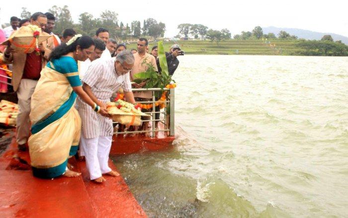 Minister S Suresh Kumar offers baagina to Harangi reservoir near Kushalnagar on Saturday.