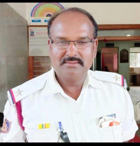 Traffic cop knocked down by KMF van | Deccan Herald