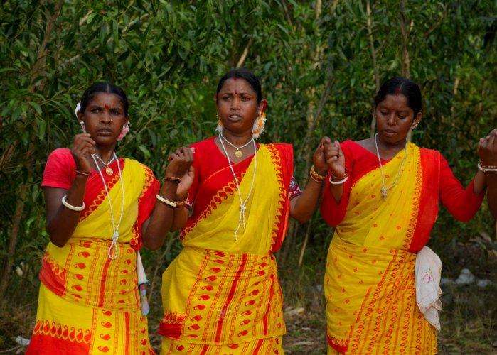 Adivasi women dancing in Khoai Haat