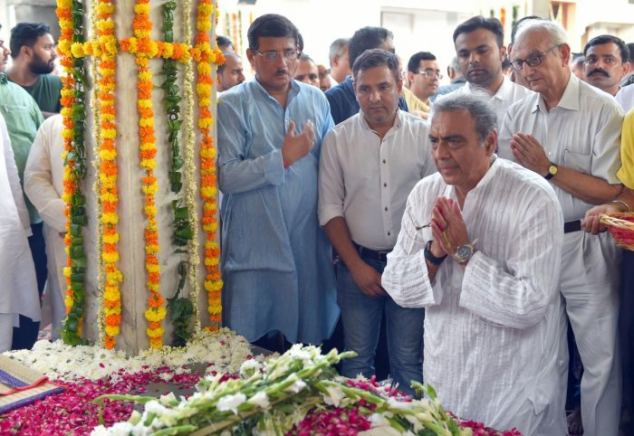 Senior advocate Mahesh Jethmalani pays his last respects to his father, veteran lawyer and former Union minister Ram Jethmalani during his cremation at Lodhi Road Crematorium in New Delhi, Sunday, Sept 8, 2019. (PTI Photo)