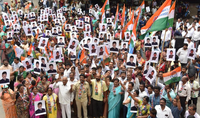 A file photo of Congress leaders from Rajajinagar in Benglauru staging protest against arrest of former minister D K Shivakumar, in Bengaluru. DH Photo