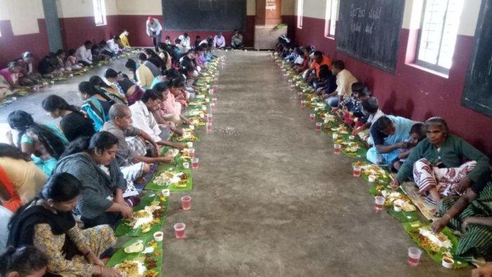 'Onam Saadya' was served to the inmates of the flood relief centre at Nelyahudikeri, Kodagu district.