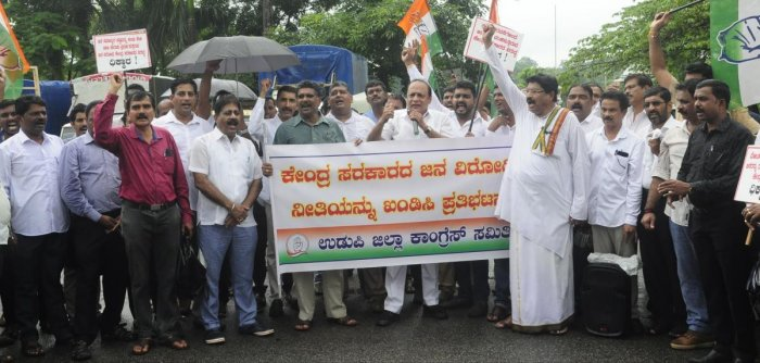Former minister Vinay Kumar Sorake addresses leaders and members of district Congress committee during a protest against the delay in implementation of flood relief work in flood affected regions in North Karnataka at Martyrs Memorial in Udupi on Thursday