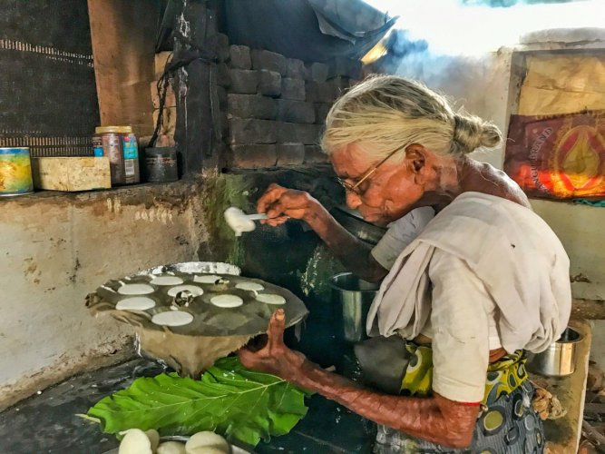 Meet 85-year old Kamalathal, who sells idlis for Rs 1 | Deccan Herald