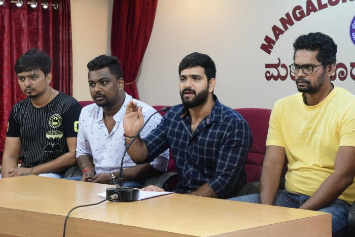 Girgit film Director and lead actor Roopesh Shetty tenders an apology to advocates at Patrika Bhavan in Mangaluru on Friday.
