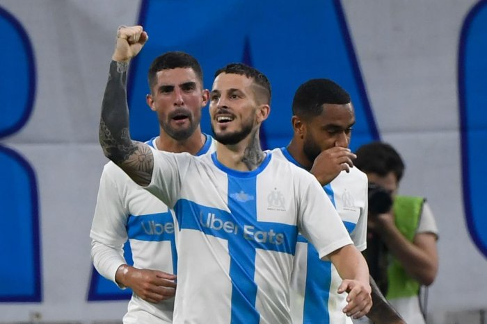 Marseille's Argentinian forward Dario Benedetto (C) celebrates after scoring a goal (AFP Photo)