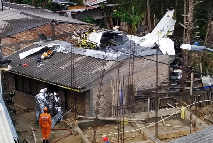 Rescue crews work in the wreckage from a plane that crashed into a house in Popayan, Colombia (Reuters Photo)