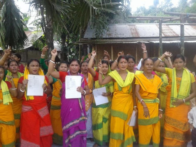 Women belonging to Koch Rajbongshi community staging a protest against exclusion of their names from NRC, on Sunday. DH photo