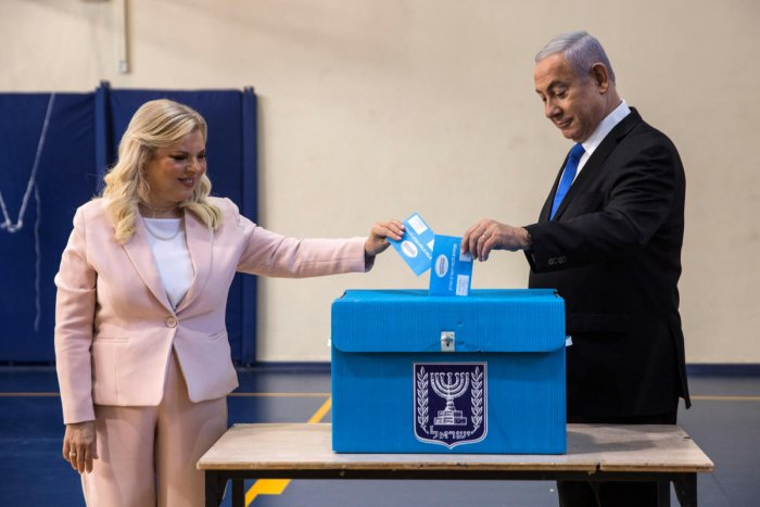 Israeli Prime Minister Benjamin Netanyahu and his wife Sara cast their vote during Israel's parliamentary election at a polling station in Jerusalem. (Reuters Photo)