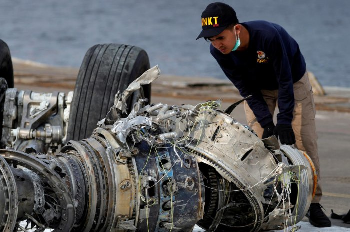 An Indonesian National Transportation Safety Commission (KNKT) official examines a turbine engine from Lion Air flight JT610 at Tanjung Priok port in Jakarta, Indonesia (Reuters file photo)