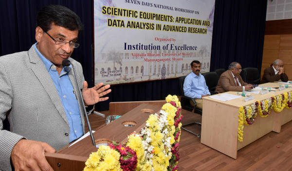 Former vice-chancellor K S Rangappa, speaks during a workshop on 'Scientific Equipments: Application and Data Analysis in Advance Research', at Vijyanan Bhavan, in Mysuru, on Thursday. (DH Photo)