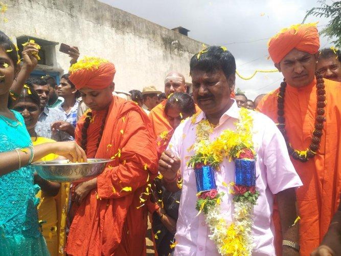 BJP MP A Narayanaswamy gets a rousing reception at Pemmanahalli Gollarahatti in Pavagada taluk of Tumakuru district on Monday.