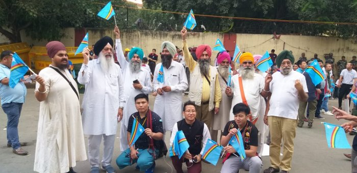A group of Sikh people wave Naga flag in New Delhi seeking an early solution to Naga conflict. DH photo
