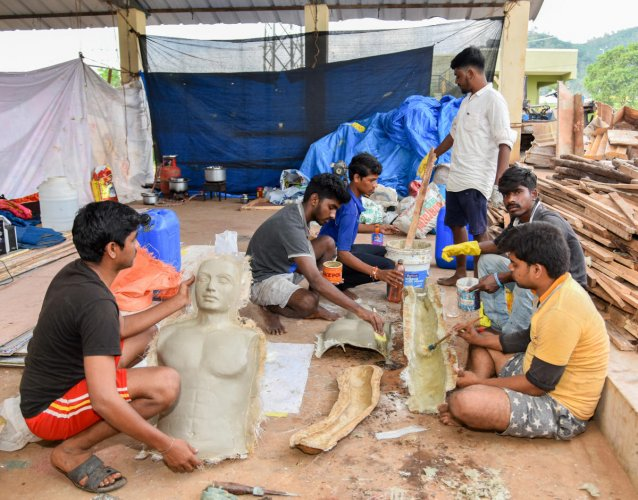 Artistes busy creating replicas for tableaux on APMC premises in Mysuru. DH Photo/Anup R Thippeswamy