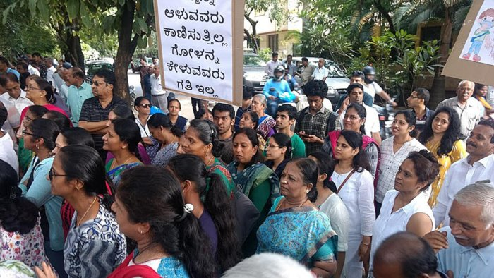 Members of the kasturinagar welfare association staging a protest against the bad roads infront of BBMP office in Kasturi Nagar on Monday. DH file photo