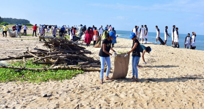Volunteers clean the shores of Tannirbhavi beach as part of International Coastal Cleanup Day on Saturday. DH photo/Govindraj Javali