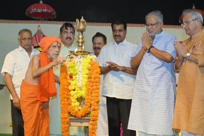Vishwesha Theertha Swami of Pejawar Mutt inaugurates a programme to distribute annual free fund of Alva's Education Foundation at Vidyagiri in Moodbidri on Monday.