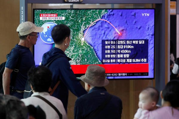 People watch a TV broadcasting a news report on North Korea firing a missile that is believed to be launched from a submarine, in Seoul. (Photo/Reuters)