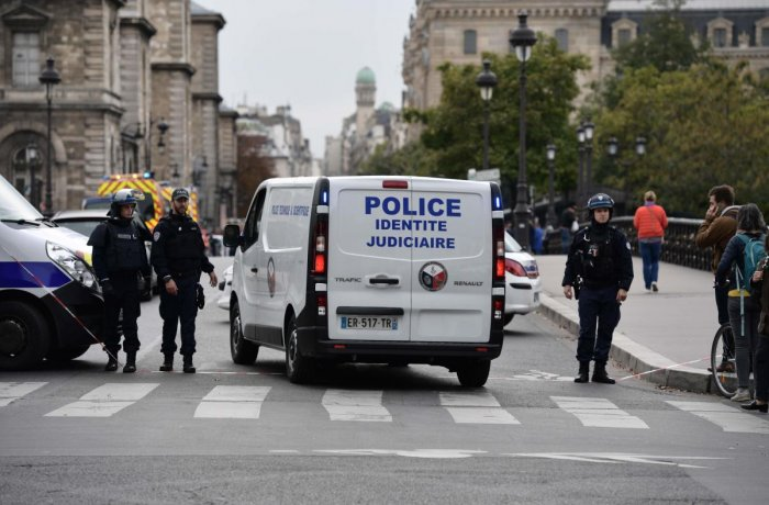 A judicial police vehicle drives toward Paris prefecture de police (police headquarters) after three persons have been hurt in a knife attack on October 3. (AFP Photo)