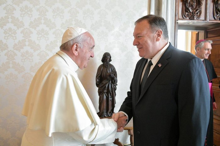 This handout picture taken and released on October 3, 2019 by Vatican Media shows Pope Francis (R) shaking hands with US Secretary of State Mike Pompeo before their meeting at the Vatican. (VATICAN MEDIA / AFP)