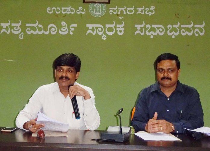 Deputy Commissioner G Jagadeesha addressing media persons. (DH Photo)