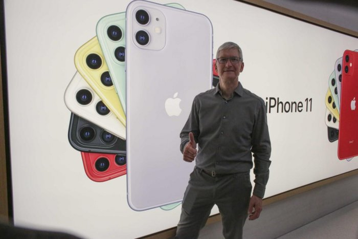 Apple CEO Tim Cook pose next to an image of the new iPhone 11 after opening the newly renovated Apple Store at Fifth Avenue on September 20, 2019 in New York City. Photo/AFP
