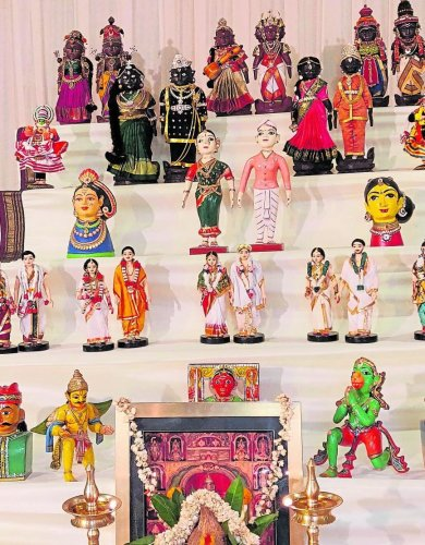 As an ode to their sacrifice, dolls are worshipped duringNavaratriand hence thegolluis set up.
