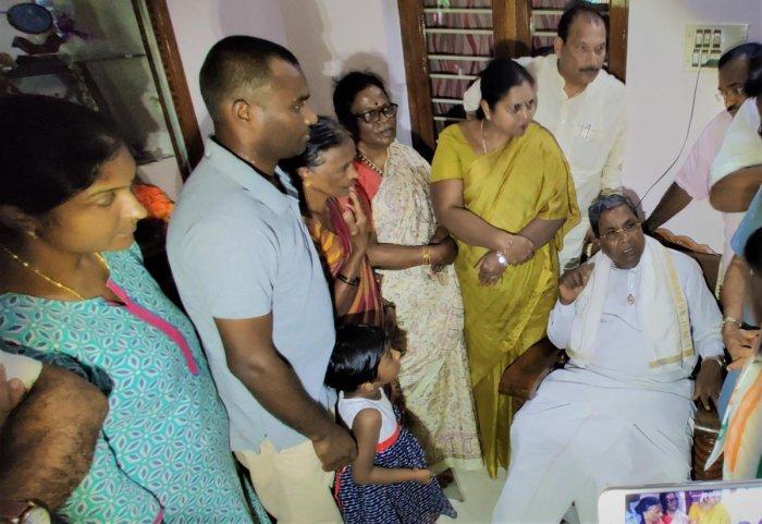 Former chief minister Siddaramaiah visited the house of deceased farmer Channappa Gowda at Karagadde in Kalasa on Saturday.