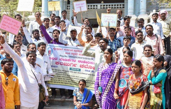 Teachers from Hyderabad Karnataka Primary and High School Guest Teachers Union stage a protest pressing various demands at the mini Vidhana Soudhain Kalaburagi. DH Photo/ Prashanth HG