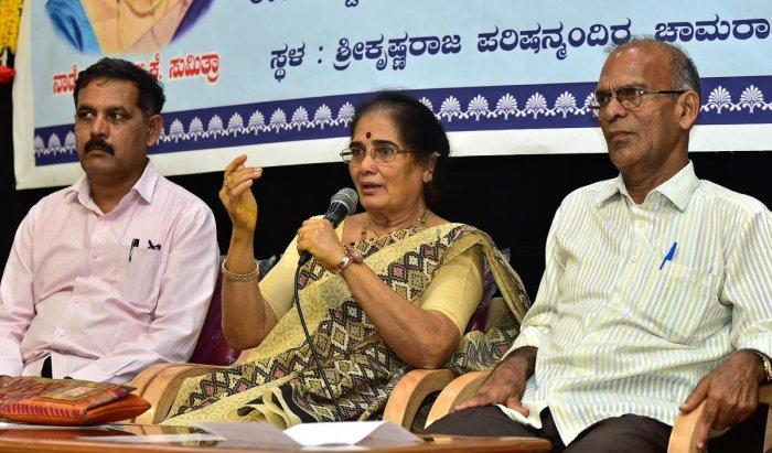 Singer Dr. Krishnan was present at the 'Sahavaroka Dialogue' program organized by the Kannada Sahitya Parishad on Saturday, with Singer BK Sumitra. (From left) Honorary Secretary to the Council Dr. Rajasekhar Hatagundi and Hon. Mallikarjunappa were there