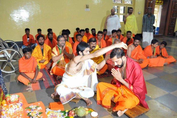 Sri Rama Sene State General Secretary Anand Shetty Adyar wearing Dattamala as a part of Dattamala Abhiyana at Shankara Mutt in Chikkamagaluru on Sunday.