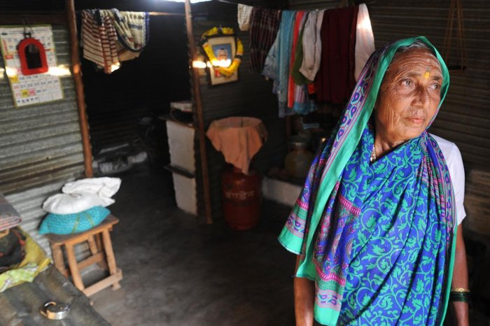 Shantavva, 70, at her temporary shelter in BN Jalihal near Pattadakal in Bagalkot district. DH Photo/Pushkar V