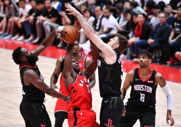 Toronto Raptors OG Anunoby (2nd L) is blocked by Houston Rockets James Harden (L) and Isaiah Hartenstein (2nd R) in their NBA preseason basketball game in Saitama on October 8, 2019. (AFP photo)