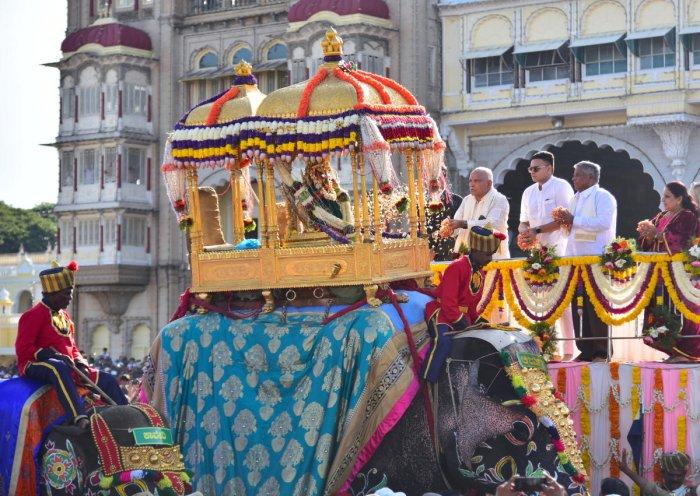 Chief Minister B S Yediyurappa offer floral tributes to the idol of Sri Chamundeshwari in the Golden Howdah to mark the beginning of the Dasara Vijayadashami Jamboo Savari, on the premises of Mysuru Palace, in Mysuru, on Tuesday. Yaduveer Krishnadatta Cha