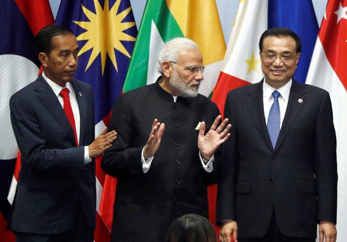 India's Prime Minister Narendra Modi speaks with China's Premier Li Keqiang next to Indonesia's President Joko Widodo as they gather for a group photo with ASEAN leaders at the Regional Comprehensive Economic Partnership (RCEP) meeting in Singapore. (Reuters Photo)