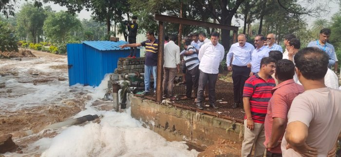 BBMP Mayor Goutham Kumar and BBMP Commissioner BH Anil Kumar taking stock of the situation. (DH Photo)